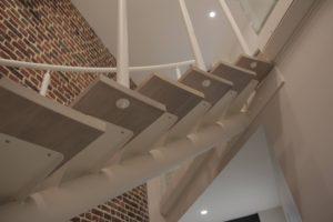 escalier en métal avec limon et rampe laqués blanc