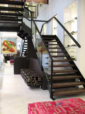escalier en métal et bois dans un magasin