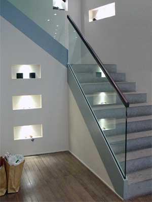 escalier avec garde corps en verre dans une boutique de prêt à porter