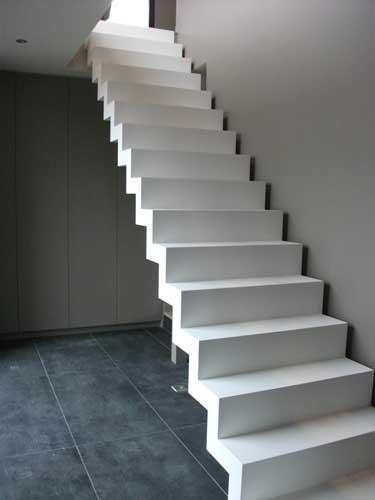 un escalier en métal blanc très épuré