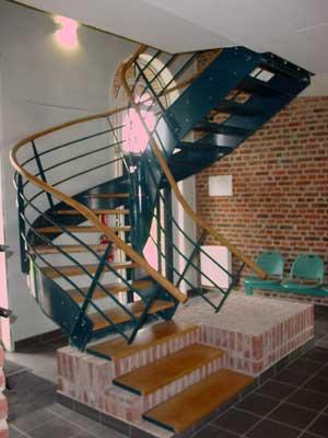 escalier en bois et métal laqué de couleur