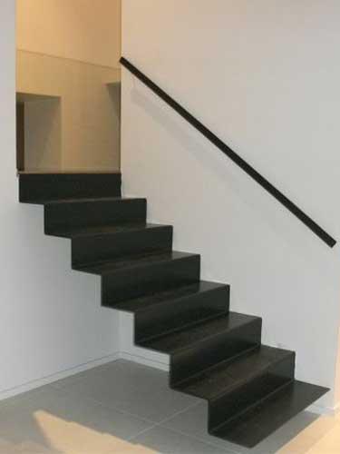 un escalier tout en métal comme suspendu grâce à l'absence de limon